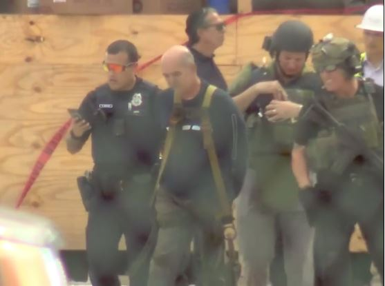 Trump en Miami: Arrestado activista que escaló grúa para pedir libertad de preso cubano en EEUU